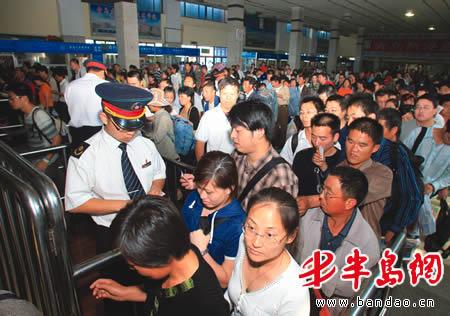 青岛 > 正文              10月4日,记者在青岛火车站看到,候车室内