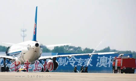 """起飞前漏油飞机""""急刹车""""150余名乘客受惊拒登机"""